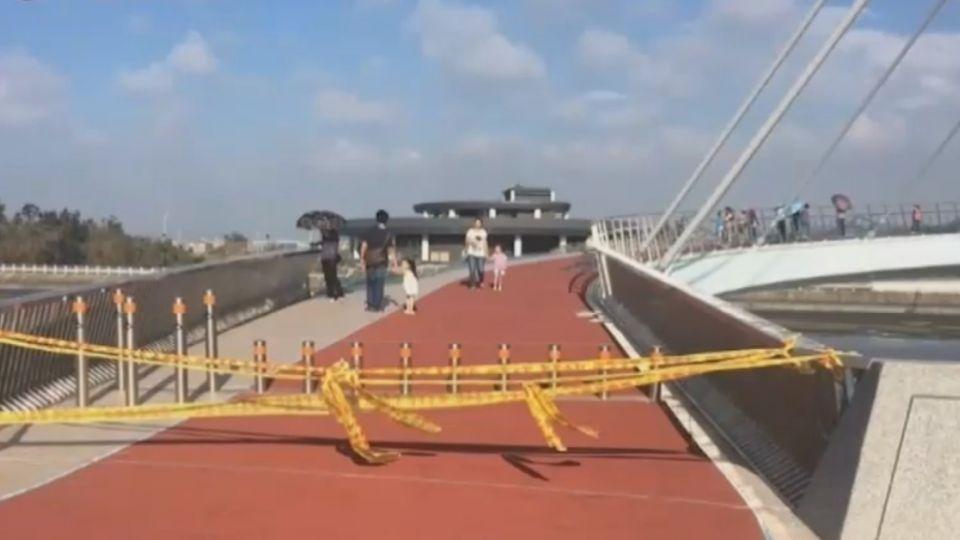 颱風吹壞景觀橋護欄 民眾為拍照強跨越