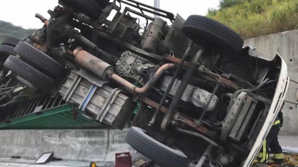 疑車速過快失控翻車 貨櫃車駕駛受困搶救