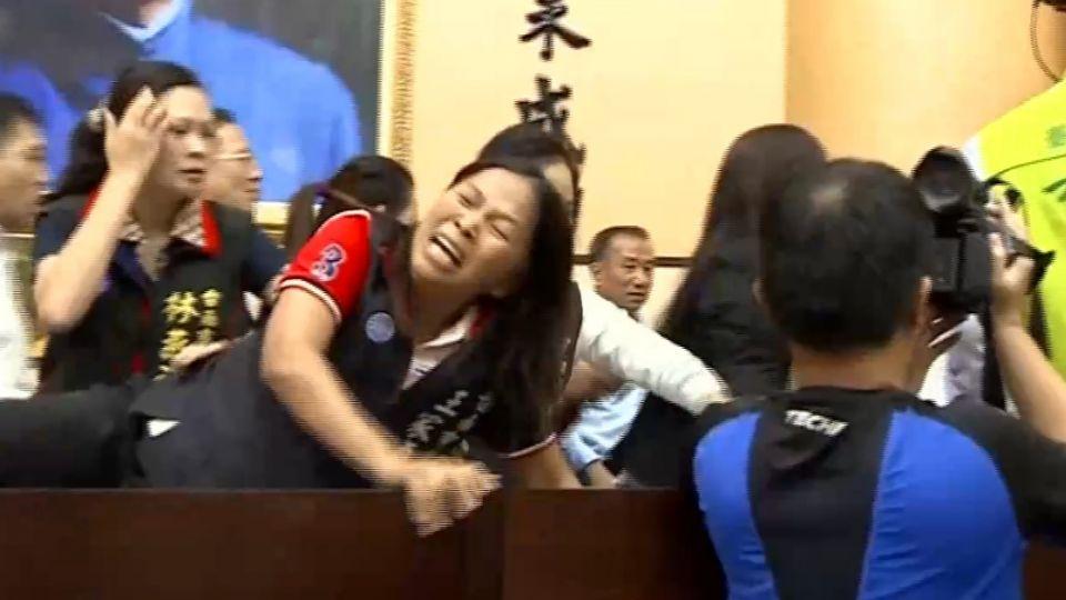 台南議長補選再爆推擠衝突 兩議員受傷送醫