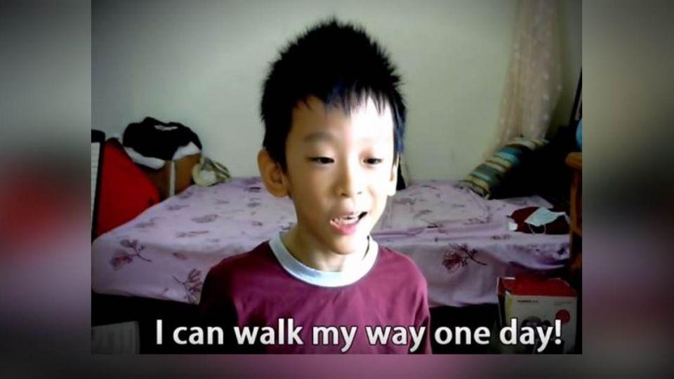 【影片】永不放棄!10歲腦麻童四肢僵硬 「一指神功」寫歌投稿世大運