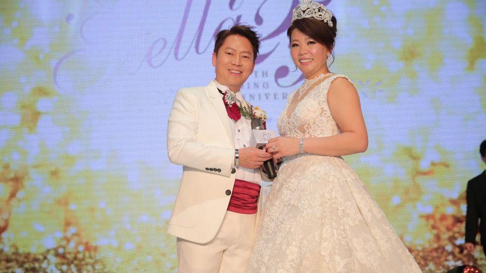 139對夫妻「同閃愛」!女企業家25周年銀婚 祝有情人「一生久久」