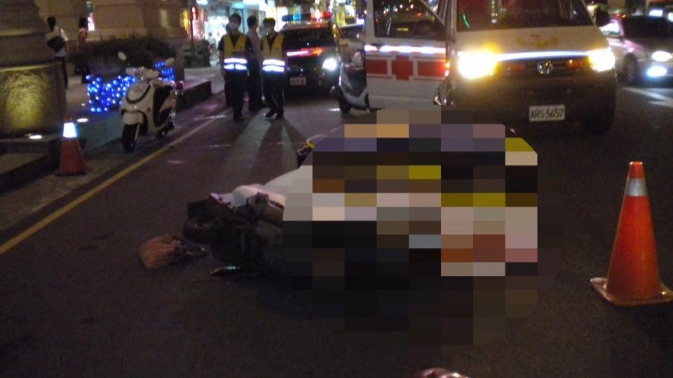 悚!小巴後照鏡勾機車 55歲女騎士倒地遭輾亡