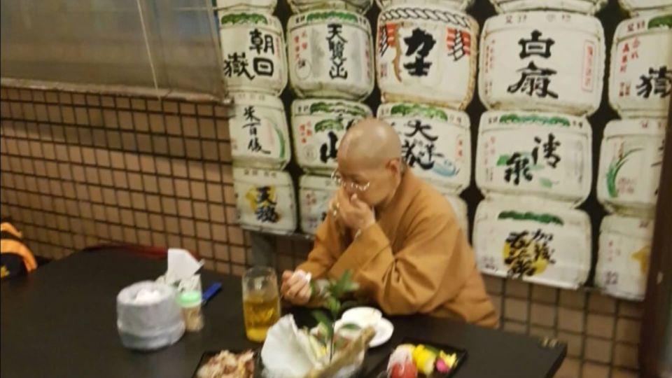 比丘尼?日本料理店用餐 大口吃肉喝酒