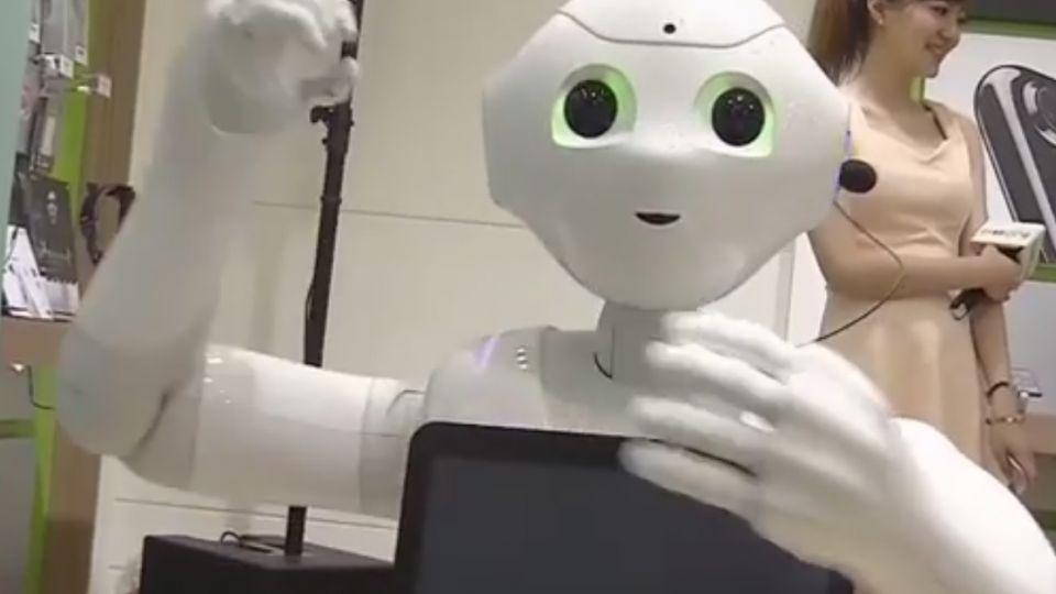 機器人Pepper正式上工 賣稀有iPhone7曜石黑