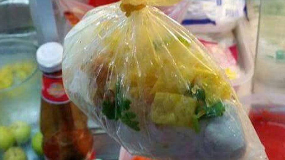 霸氣湯、麵分裝法!老闆一條橡皮筋創「葫蘆式蒸麵」袋