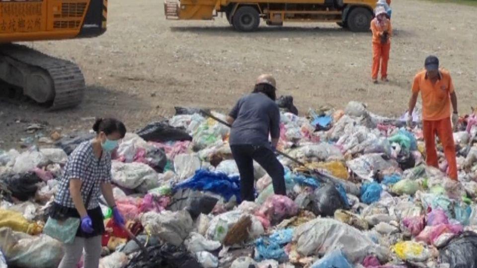 誤扔兒訂婚鑽戒 12公噸垃圾中翻找尋回