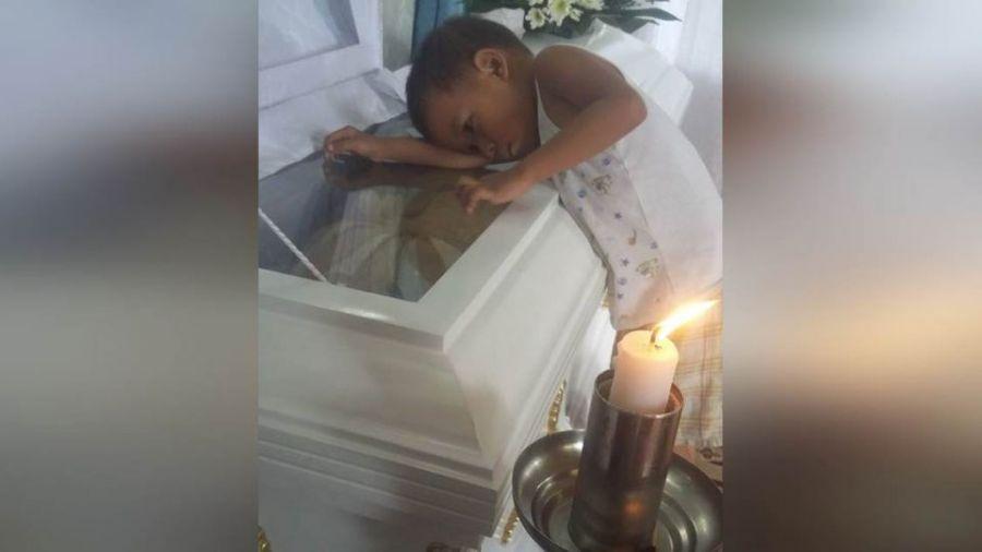 小男孩趴在媽媽棺木上問:「為什麼我不能陪著媽媽睡覺」