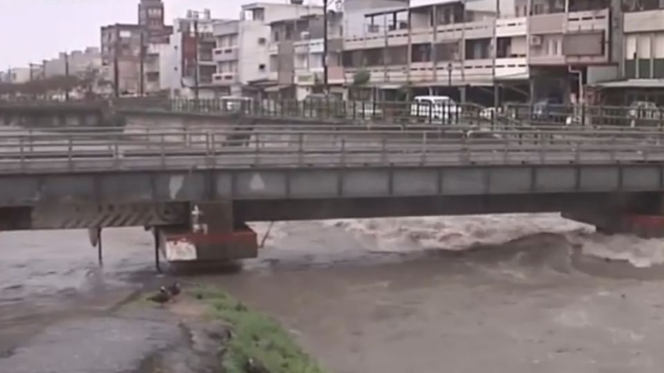 溪水暴漲淹橋梁 車站軌道積水、蘇花落石險砸車