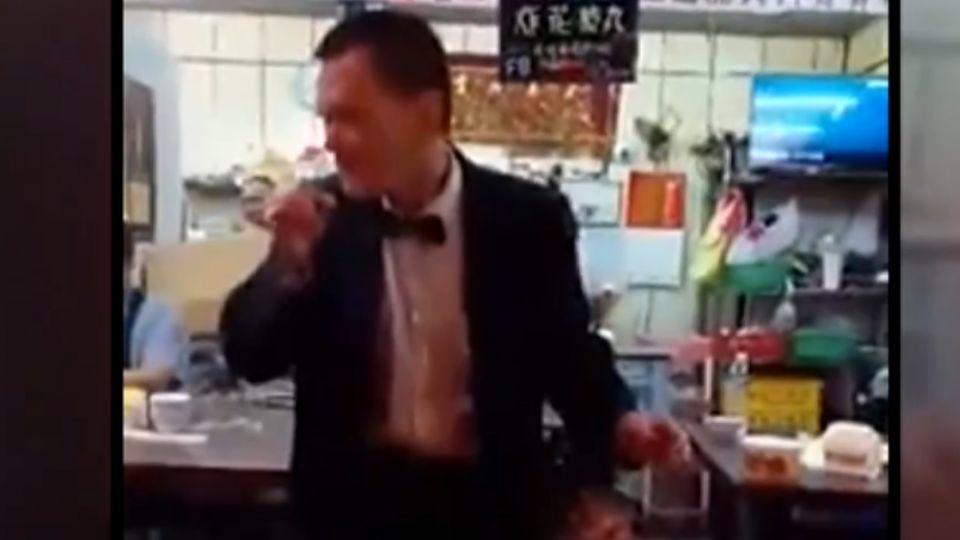 小吃店跳「麥克舞」求打賞 店家傻眼:不太像