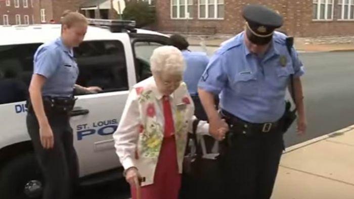 人瑞奶奶被抓進警局「銬手銬」 竟直呼:太棒了