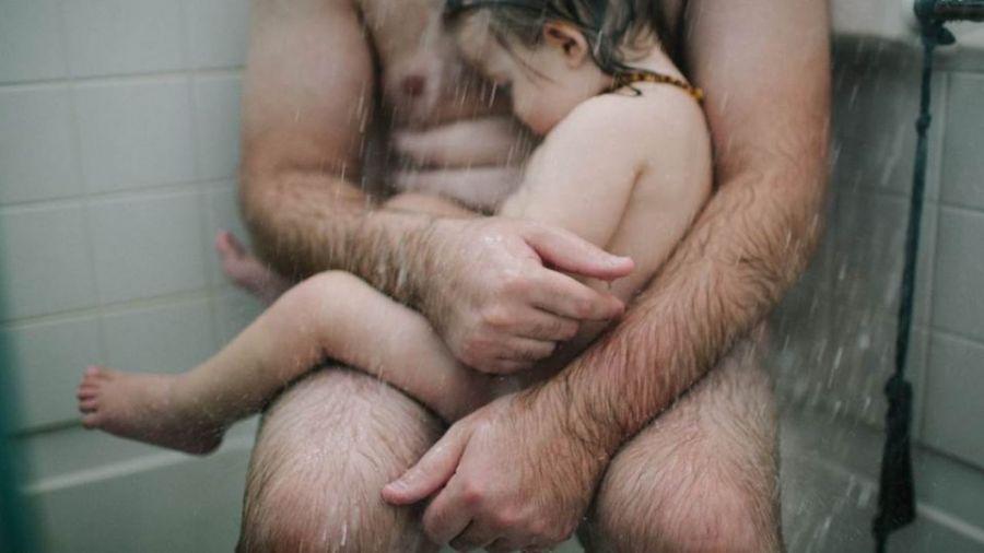 頻遭臉書刪!這張父親「裸」抱愛兒照 原來背後有洋葱…