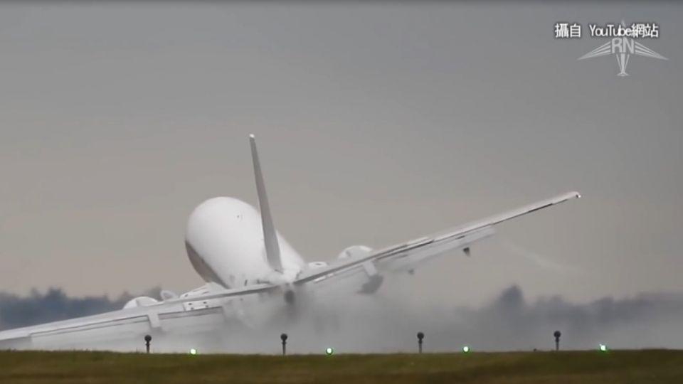 空中驚魂!客機降落遇側風被吹歪 差點墜毀