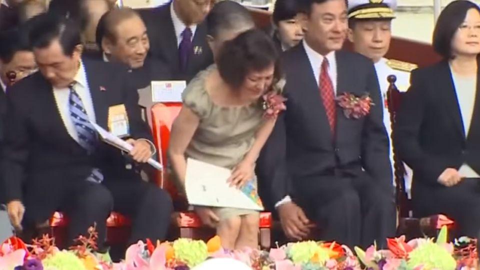 蔡總統黑白套裝「莊嚴風」 全場與馬零互動