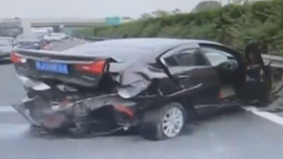 轎車公路被撞飛 淡定司機哥照講電話