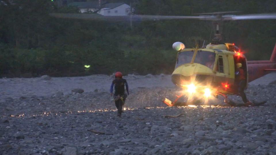 女跳知本溪沖1公里 救難員3度強渡溪直升機救回