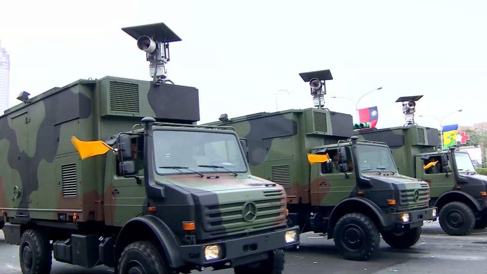 國慶展演後…… 核生化偵檢車返駐地 翻覆害追撞