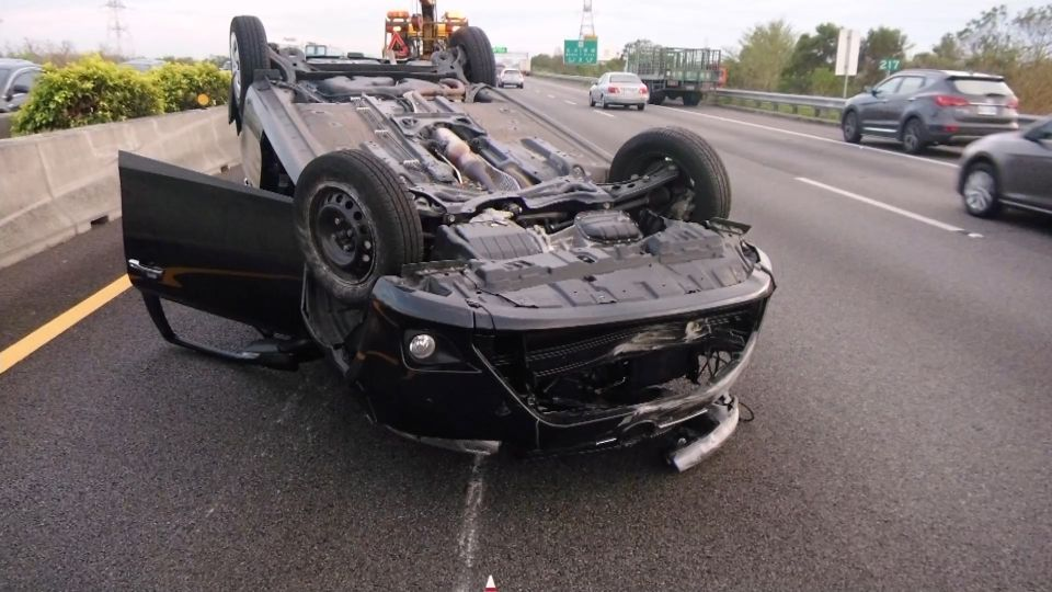怎麼撞的?國道偏移撞車翻車 駕駛:一時恍神