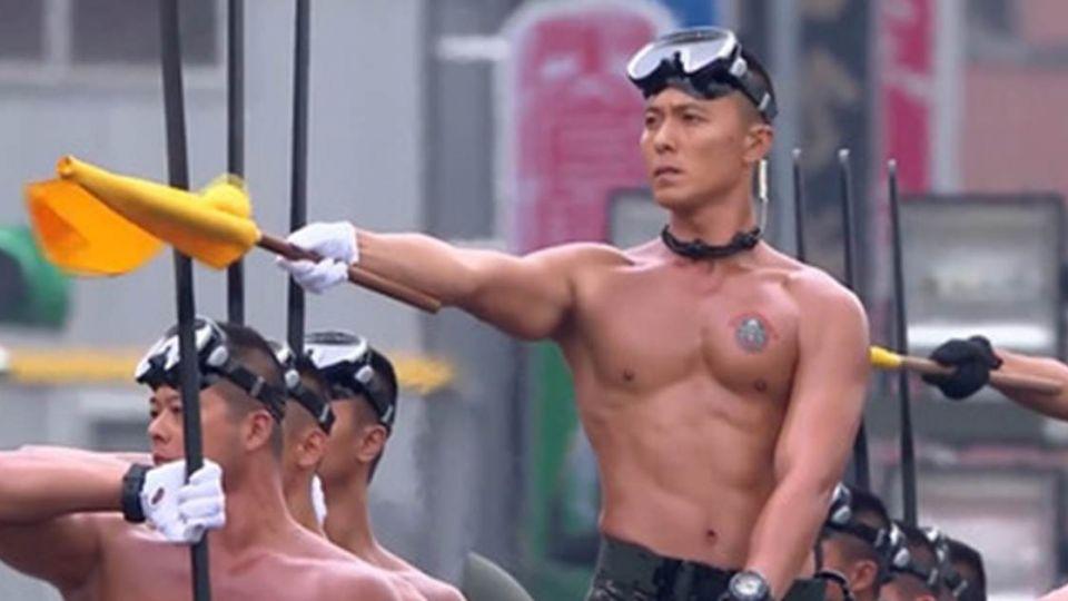國慶「超顏值」兩棲蛙人 女網友大膽示愛:「想跟他生小孩」