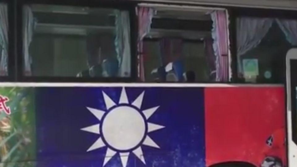 砰!客運車窗突爆裂 乘客驚慌求救!