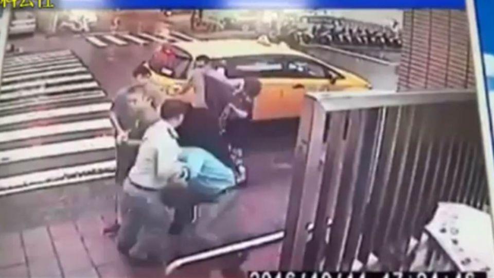 【影片】即刻救援!學生遭押教官捨身談判 網友:別再說教官沒用