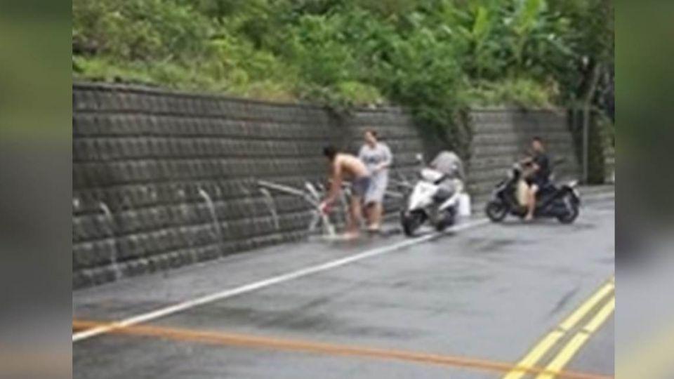 台東人臉書求救!紅葉、鹿野部落停水3天 路邊泥水洗澡