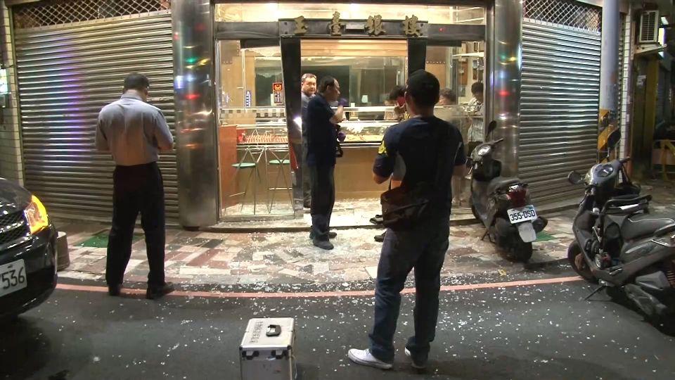 警局就在旁邊...鐵鎚敲銀樓玻璃 匪搶10條金鍊