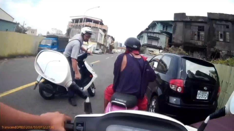 男騎桃紅小車不搭調 眼尖警盤查逮偷車賊