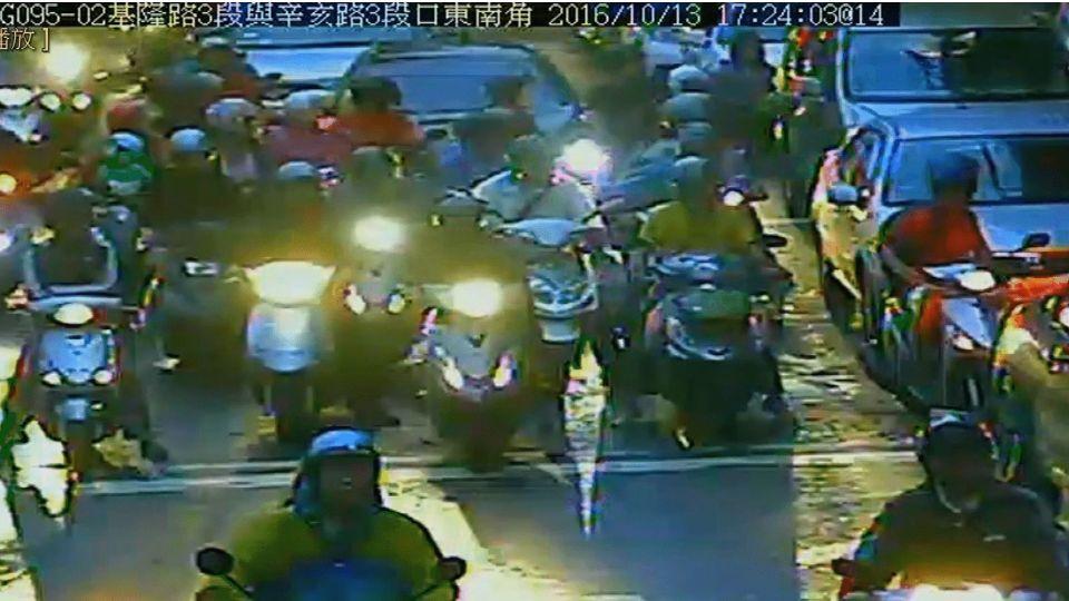 行車糾紛爆衝突 砍人騎士稱「為保護女友」
