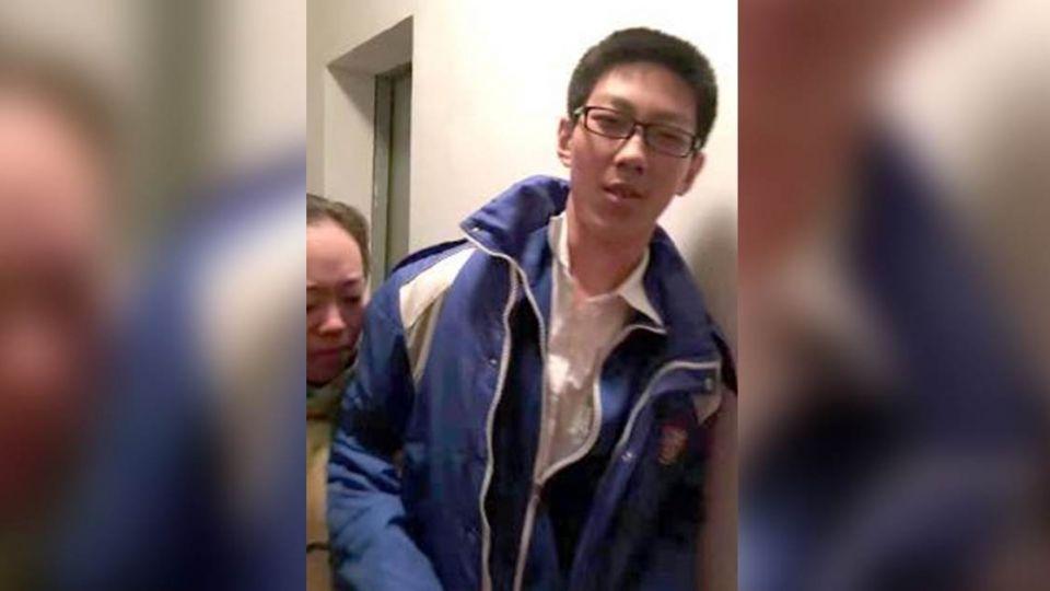 受困電梯5小時 國三男「淡定」寫完每科作業