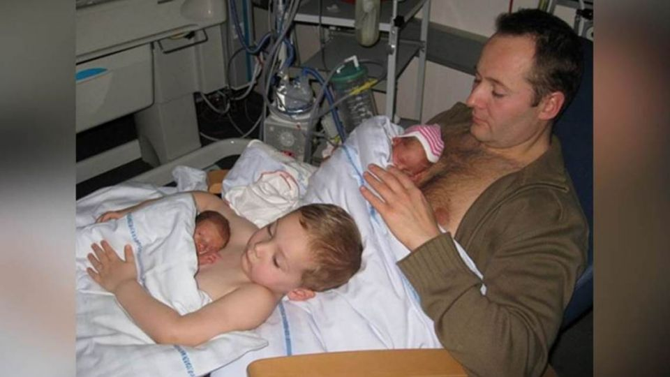 比保溫箱更「暖」!丹麥父子裸上身用愛照顧早產兒
