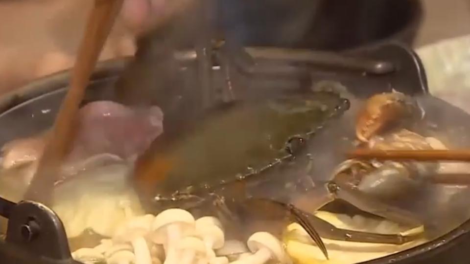 秋蟹正夯!香柚火鍋加新鮮螃蟹 日銷百鍋