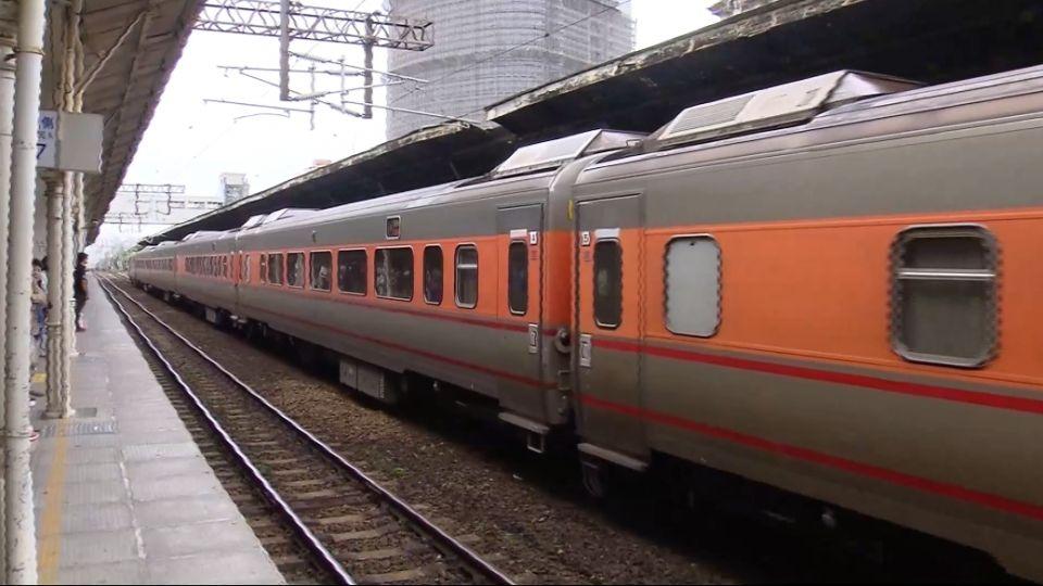 平面鐵路走入歷史!鐵道迷今晚台中舊車站揮別末班車