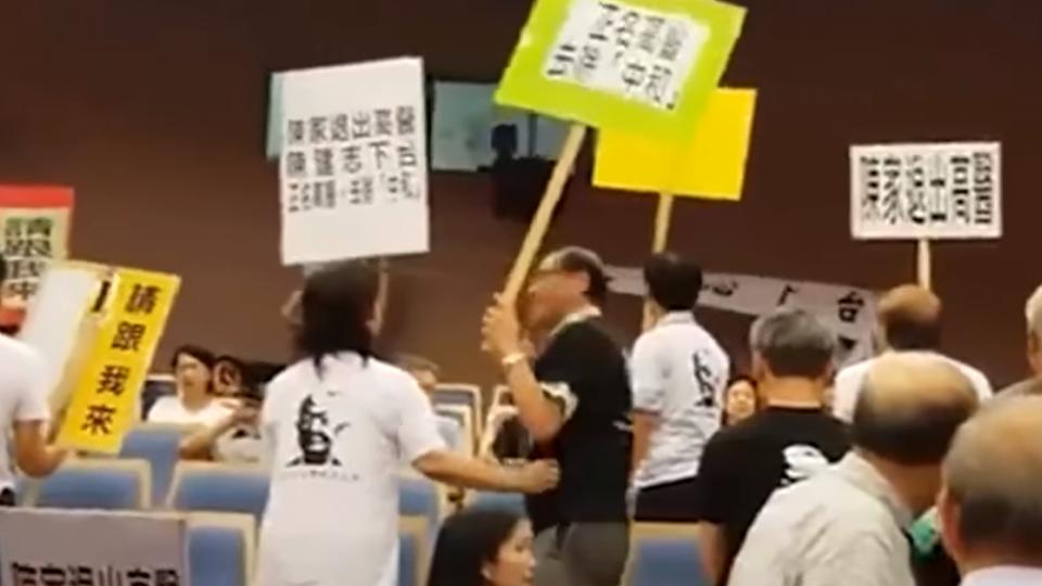 高醫董事會爭議 校友趁校慶致詞吹口哨抗議