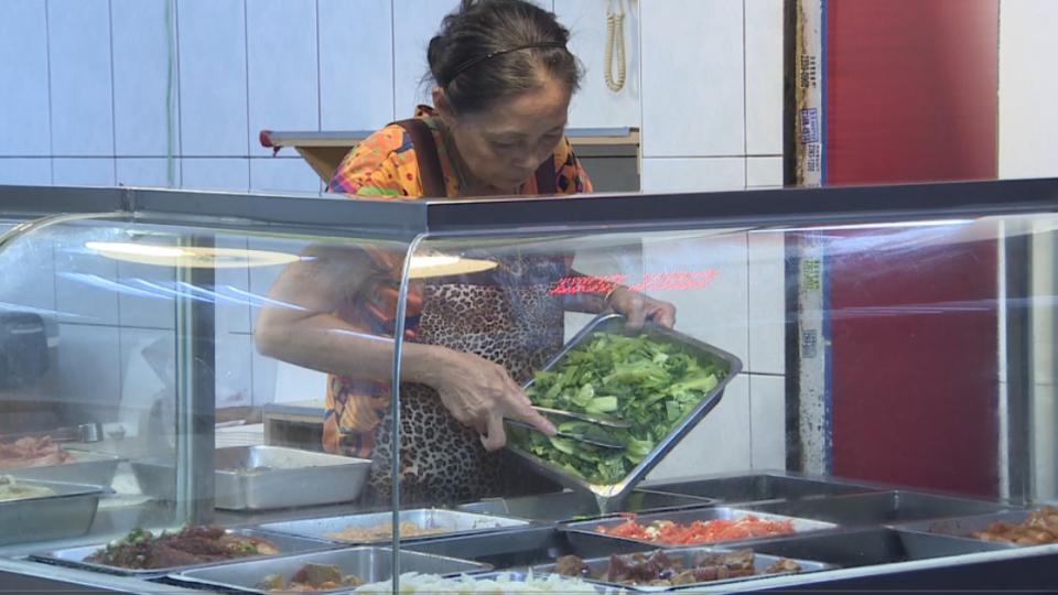 颱風害菜價居高不下!自助餐店「肉比菜多」