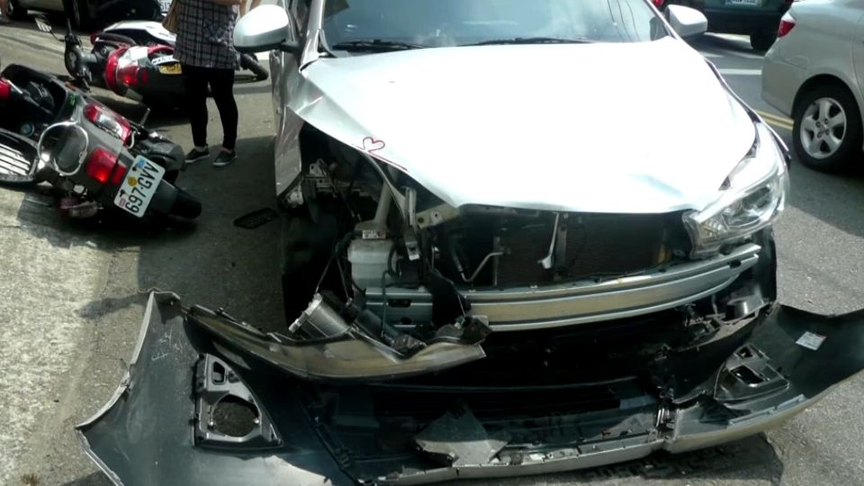 閃燈路口未禮讓!遭轎車撞飛空翻落地 騎士骨折