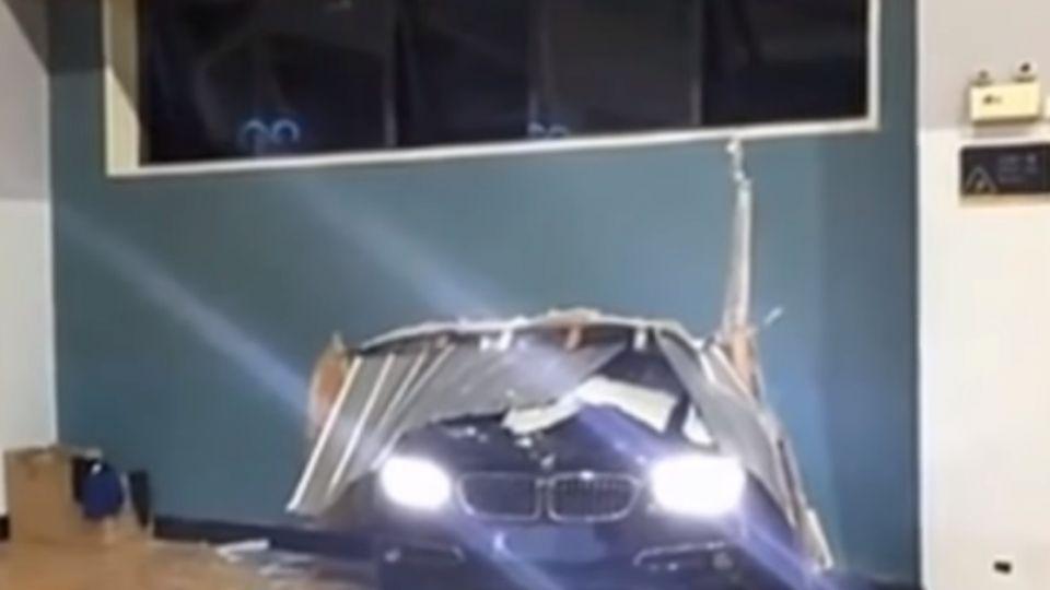 名車衝撞籃球館 打球民眾「跳閃躲一劫」