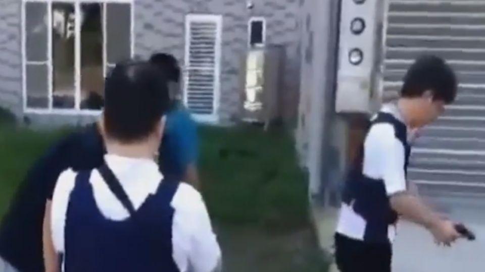 通緝犯持槍恐嚇搶香客 撞警被逮嗆「單挑」