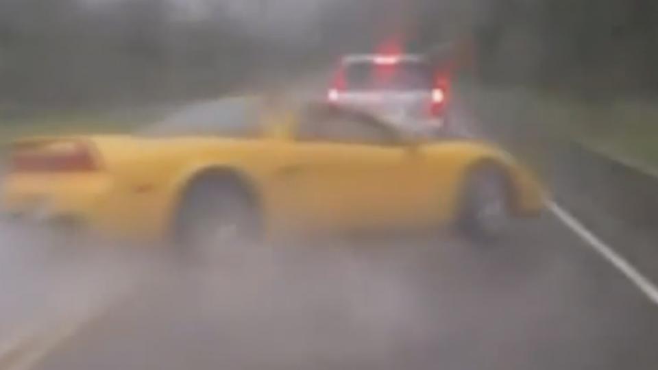 天雨路滑!8百萬經典跑車疑超車不慎 失控撞山壁