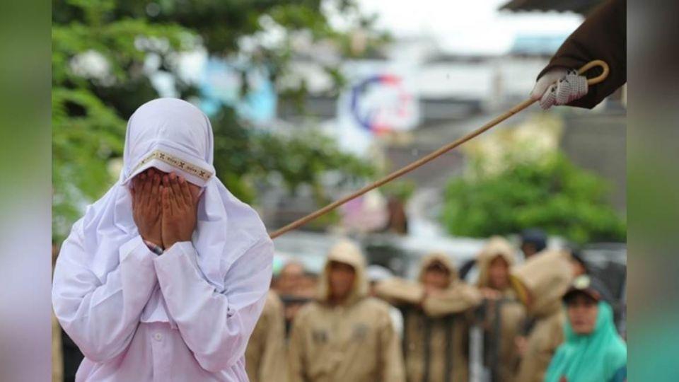 痛不欲生!印尼女和男友「走太近」 慘遭公開鞭刑23下