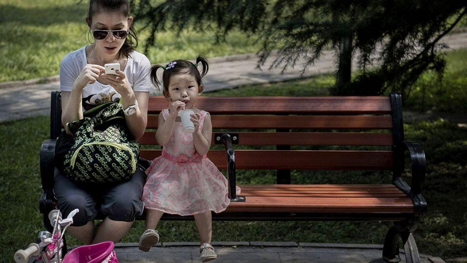 【端傳媒】孩子都在看!你是被智能手機搶走的父母嗎?