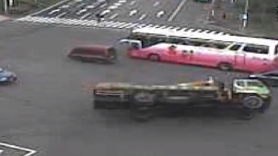 大貨車疑煞車故障 轉彎翻覆壓毀休旅車