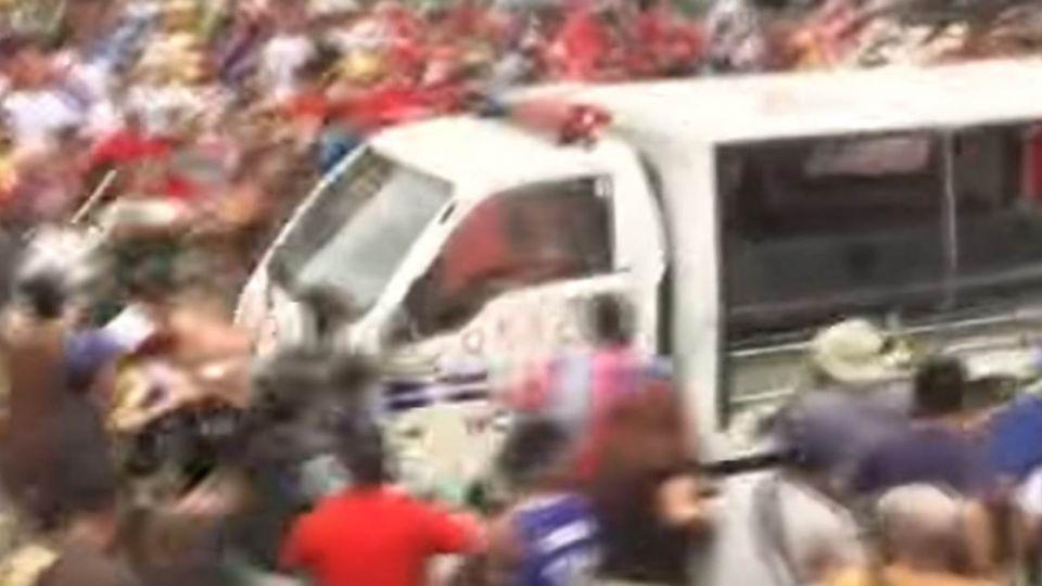 菲國反美抗議 警車「來回輾壓」示威民眾如保齡球瓶倒地