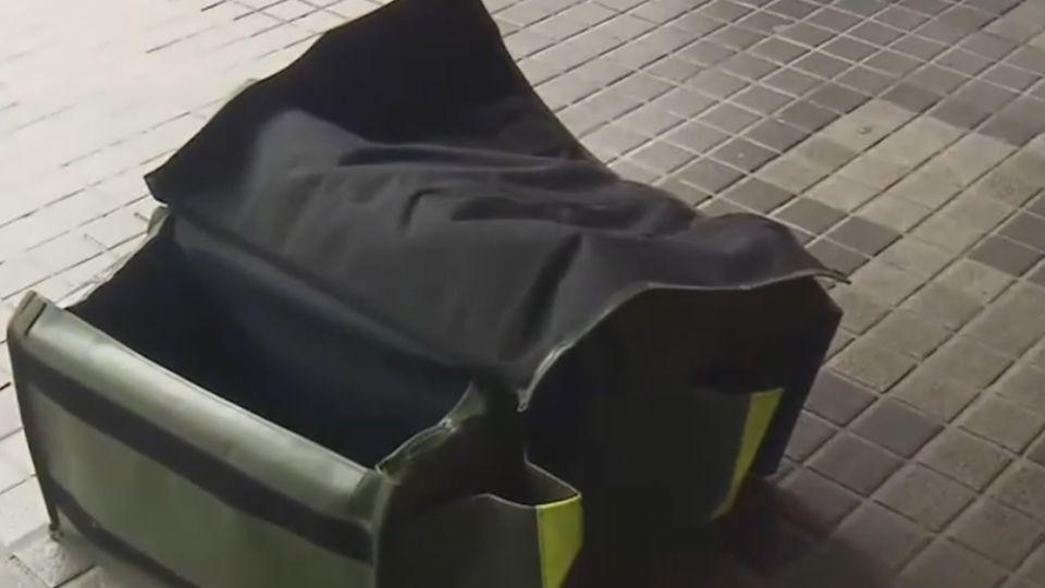 機車掛帆布袋載幼童 目擊民眾:好危險