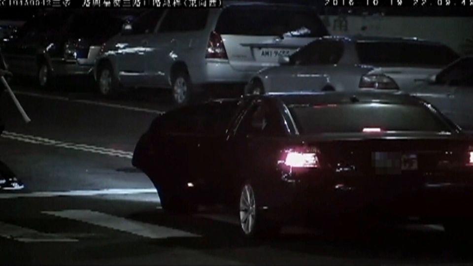 行車糾紛街頭棍棒追打 影片PO網認出失竊車