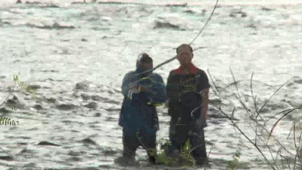 疑偷撿漂流木遇暴漲  2男受困找友驚險救援