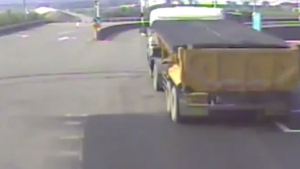 砂石車疑闖紅燈 騎士連人帶車捲車底慘死