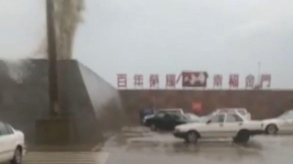 金門碼頭「漲九降」 多輛轎車遭浪擊毀損