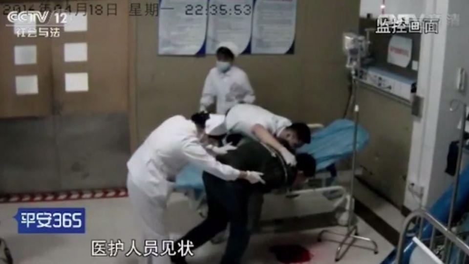 【影片】可怕!工作32小時未休息 30歲醫生急診室口吐500毫升鮮血