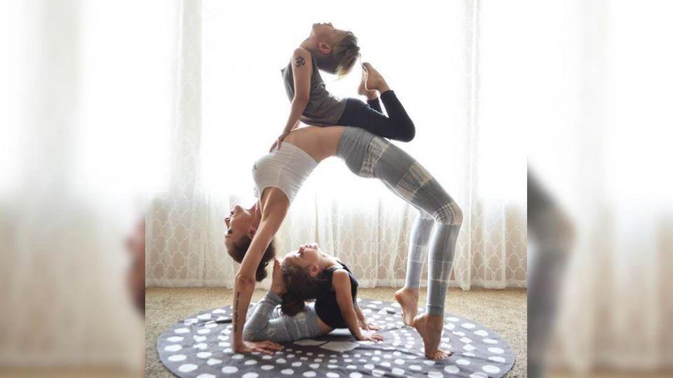 美國辣媽帶兒女練花式瑜伽 畫面太美太溫馨