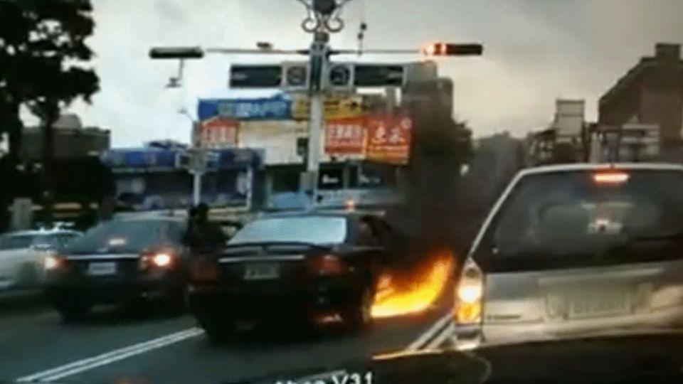 驚險!轎車停紅燈突起火 車主急跳車無人傷
